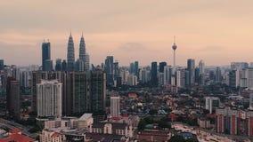 Gratte-ciel de Kuala Lumpur pris à fin de soirée banque de vidéos