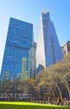 Gratte-ciel de la Banque d'Amérique et pelouse verte en Bryant Park Images stock