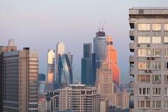 Gratte-ciel de Moscou pendant le début de la matinée Photographie stock libre de droits