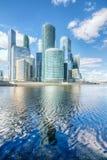 Gratte-ciel de Moscou-ville sur la rivière Photos stock