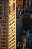 Gratte-ciel de New York au coucher du soleil avec les réservoirs d'eau en bois de dessus de toit photographie stock