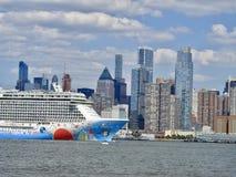 Gratte-ciel de New York City et bateau de croisière énorme Images libres de droits