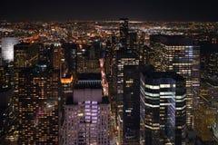 Gratte-ciel de New York la nuit Image stock