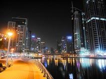 Gratte-ciel de nuit, maisons grandes, nuit Dubaï photographie stock libre de droits