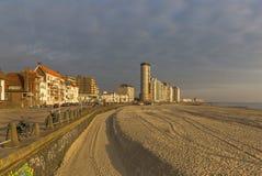 Gratte-ciel de promenade, de plage et de littoral de Vlissingen sur le coucher du soleil image libre de droits