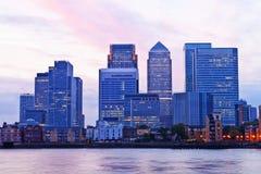 Gratte-ciel de quartiers des docks de Londres au crépuscule Photo libre de droits
