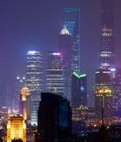 Gratte-ciel de secteur financier de Pudong de Changhaï la nuit Photographie stock