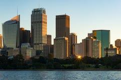 Gratte-ciel de Sydney CBD sur le coucher du soleil avec le soleil se reflétant de la fenêtre Photographie stock libre de droits
