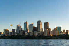 Gratte-ciel de Sydney CBD sur le coucher du soleil avec le soleil se reflétant de la fenêtre Image libre de droits