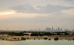 Gratte-ciel de ville d'Abu Dhabi de la distance couverte de nuages image libre de droits