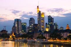 Gratte-ciel de ville de Francfort dedans en centre ville au coucher du soleil Image stock