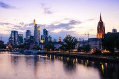 Gratte-ciel de ville de Francfort dedans en centre ville au coucher du soleil Photo libre de droits