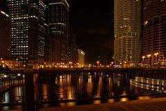 Gratte-ciel de ville la nuit Image stock