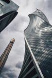 Gratte-ciel de ville de Moscou en été dans la perspective nuageuse de temps images libres de droits