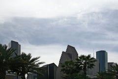 Gratte-ciel derrière le nuage d'hurlement Photo libre de droits