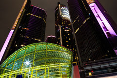 Gratte-ciel du centre de bord de mer de Detroit la nuit Image stock