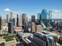 Gratte-ciel du centre de Dallas de vue aérienne sous le ciel bleu de nuage image libre de droits