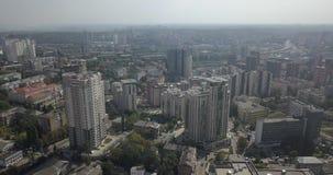 Gratte-ciel du centre de Kiev de vue aérienne aérienne Déplacement sur la ville 4k 4096 x 2160 banque de vidéos