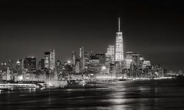 Gratte-ciel du secteur financier de New York City illuminé la nuit Photographie stock libre de droits