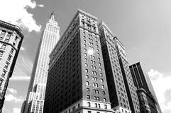 Gratte-ciel en photo noire et blanche de New York images libres de droits
