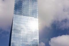 Gratte-ciel en verre avec la fusée d'arc-en-ciel Photo stock