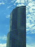 Gratte-ciel en verre bleu semi-circulaire photo stock