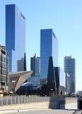 Gratte-ciel en verre bleus dans la ville néerlandaise Rotterdam Images stock