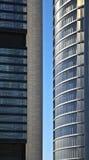 Gratte-ciel en verre bleus de gratte-ciel Photographie stock libre de droits