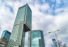 Gratte-ciel en verre de forme irrégulière Vue inférieure Détail architectural abstrait du bâtiment d'entreprise approprié comme f photos libres de droits