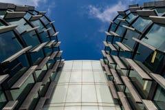 Gratte-ciel en verre de forme irrégulière Vue inférieure Détail architectural abstrait du bâtiment d'entreprise approprié comme f images libres de droits