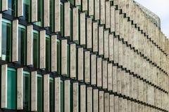 Gratte-ciel en verre de forme irrégulière Vue inférieure Détail architectural abstrait du bâtiment d'entreprise approprié comme f photographie stock libre de droits