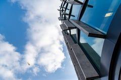 Gratte-ciel en verre de forme irrégulière Vue inférieure Détail architectural abstrait du bâtiment d'entreprise approprié comme f image libre de droits