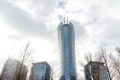 Gratte-ciel en verre de forme irrégulière Vue inférieure Détail architectural abstrait du bâtiment d'entreprise approprié As photo libre de droits