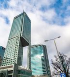 Gratte-ciel en verre de forme irrégulière Vue inférieure Détail architectural abstrait du bâtiment d'entreprise approprié As images libres de droits