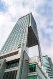 Gratte-ciel en verre de forme irrégulière Vue inférieure Détail architectural abstrait du bâtiment d'entreprise approprié As images stock