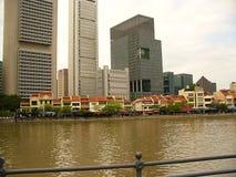 Gratte-ciel en verre de Singapour, gratte-ciel sur la rue Image stock