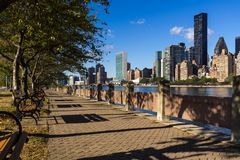 Gratte-ciel est de Midtown de Manhattan de Roosevelt Island New York City Image libre de droits