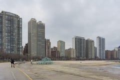 Gratte-ciel et édifice haut près de la plage Images libres de droits