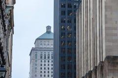 Gratte-ciel et bâtiments plus anciens à vieux Montréal Vieux Montréal, Québec, Canada au crépuscule image stock