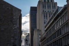 Gratte-ciel et bâtiments plus anciens à vieux Montréal Vieux Montréal, Québec, Canada Vieux Montréal est l'une des régions les pl photos libres de droits