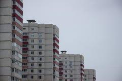 Gratte-ciel et ciel blanc Images stock