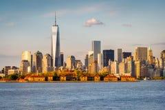 Gratte-ciel et Ellis Island de Lower Manhattan de New York Harbo photographie stock libre de droits