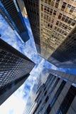 Gratte-ciel et nuages modernes d'immeuble de bureaux Images stock