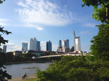 gratte-ciel financiers d'horizon de Francfort de district Photographie stock