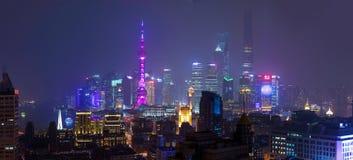 Gratte-ciel financiers de secteur de Changhaï la nuit Images libres de droits
