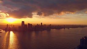 Gratte-ciel grands sur l'horizon de New York City clips vidéos