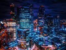 Gratte-ciel la nuit images libres de droits