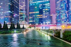 Gratte-ciel la nuit en Hong Kong Images stock