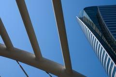 Gratte-ciel modernes au district des affaires contre le ciel bleu photos libres de droits