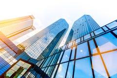 Gratte-ciel modernes au district des affaires au coucher du soleil photo stock